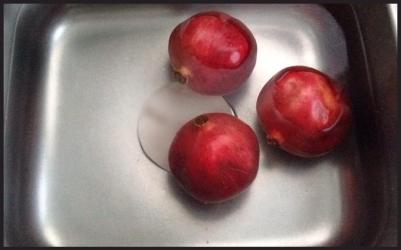 Let the pomegranates soak in hot water for 30-40 minutes.